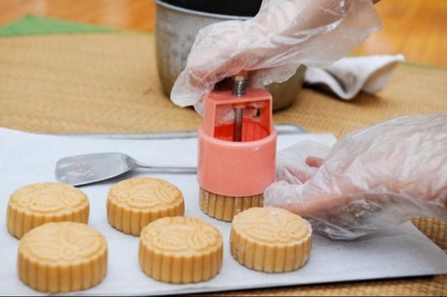 Tạo hình bánh bằng khuôn.